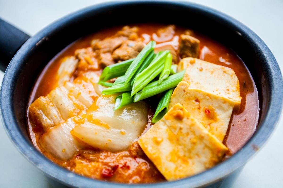 Kimchi jjigae - koreańska zupa z kimchi