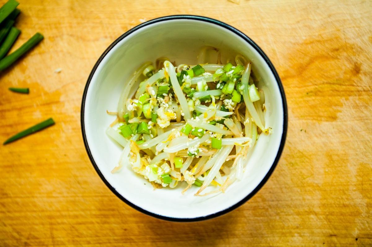 Sukju Namul Muchim – koreańska sałatka z kiełków fasoli mung