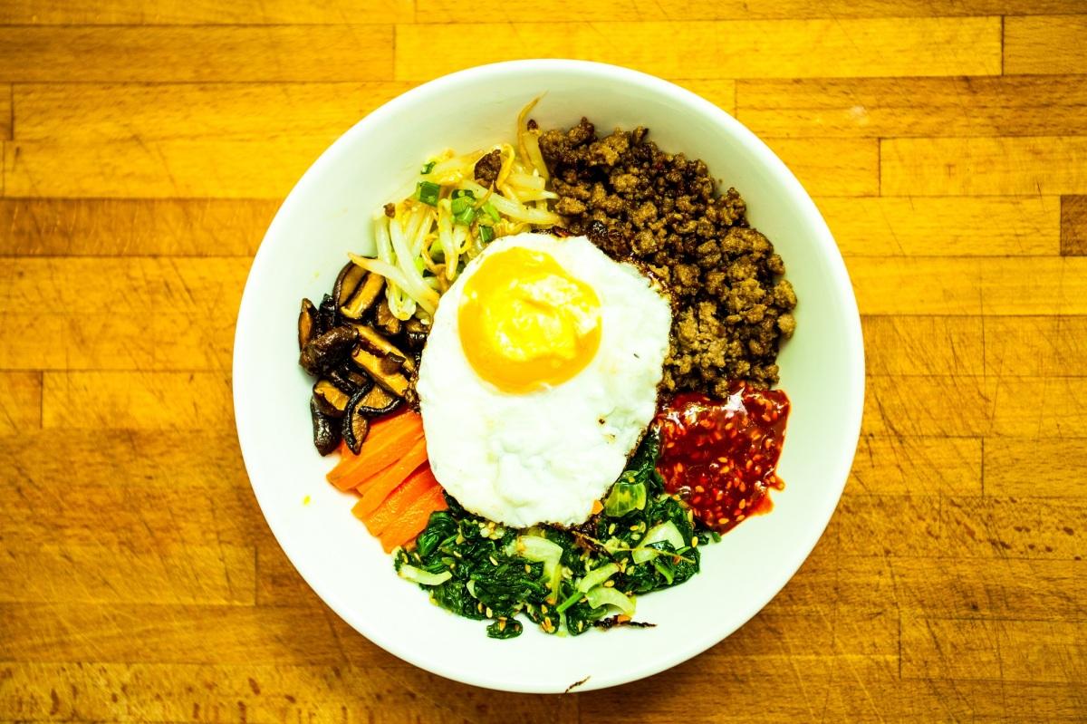 Bibimbap – koreański ryż z wołowiną i warzywami