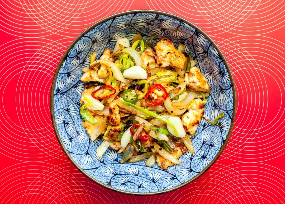 Kkanpunggi. Koreański kurczak z warzywami stir-fry