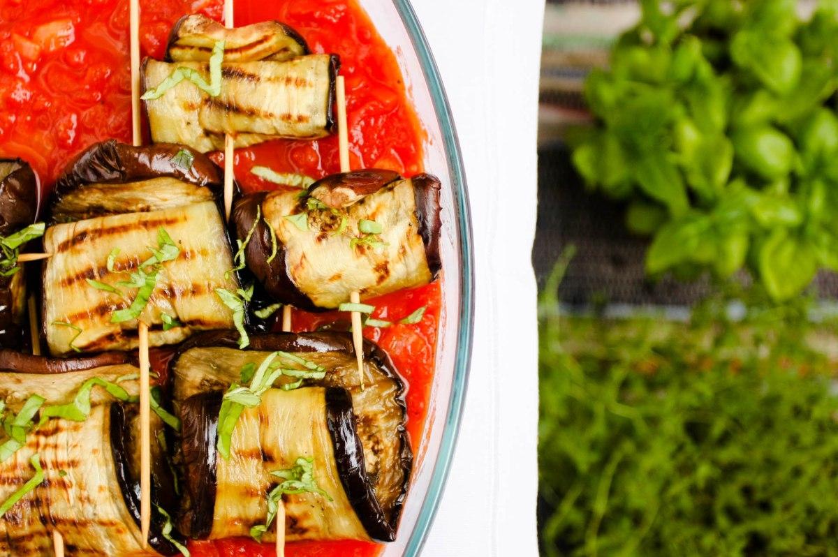 Rolady z grillowanych plastrów bakłażana z mozzarellą, zapiekane w sosie pomidorowym