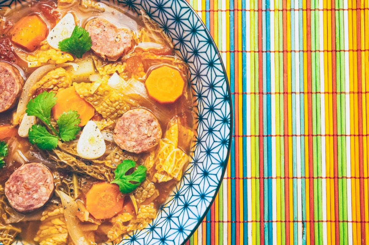 Zupa z włoskiej kapusty i kiełbasy chorizo