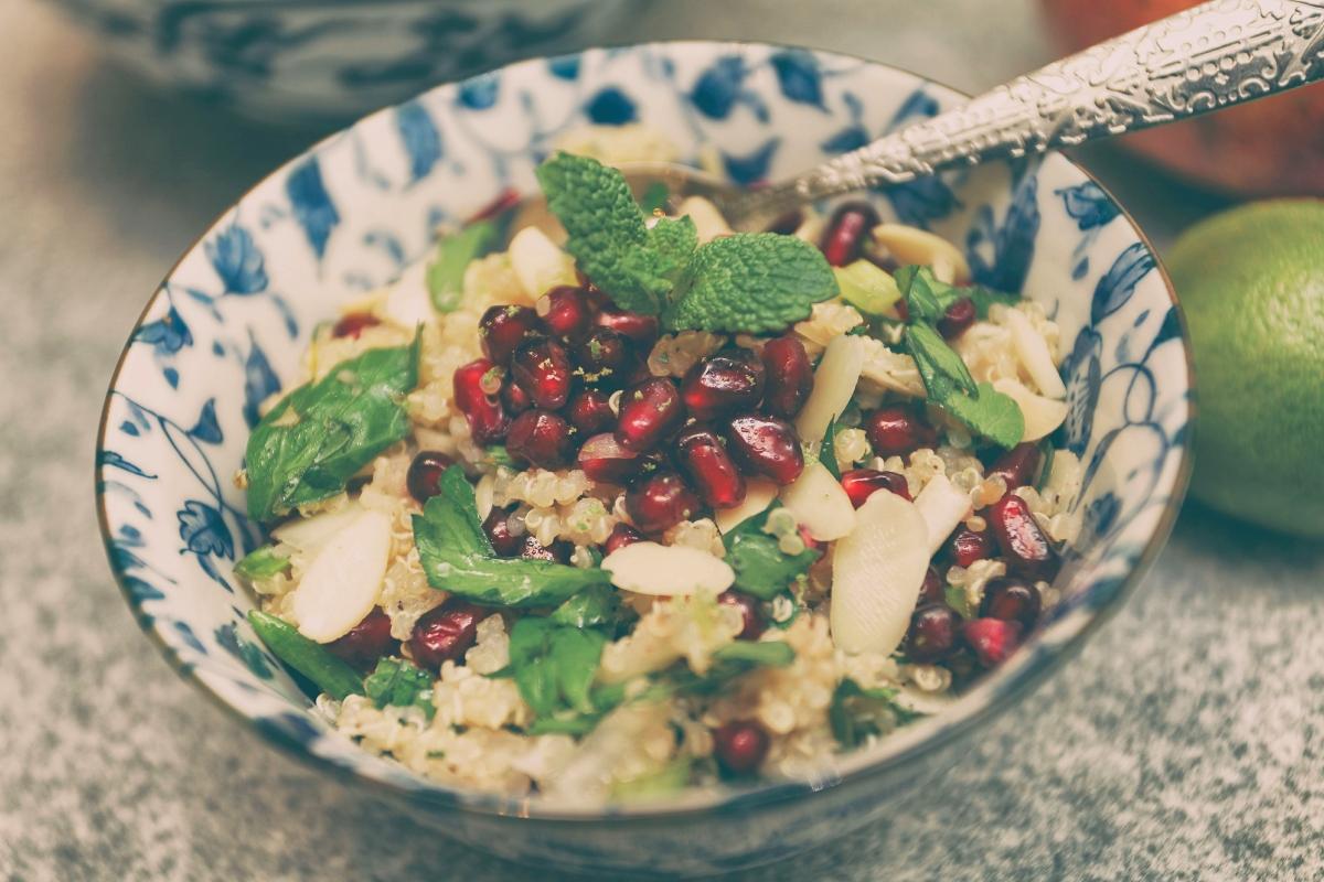 Sałatka z komosy ryżowej (quinoa) i granatu