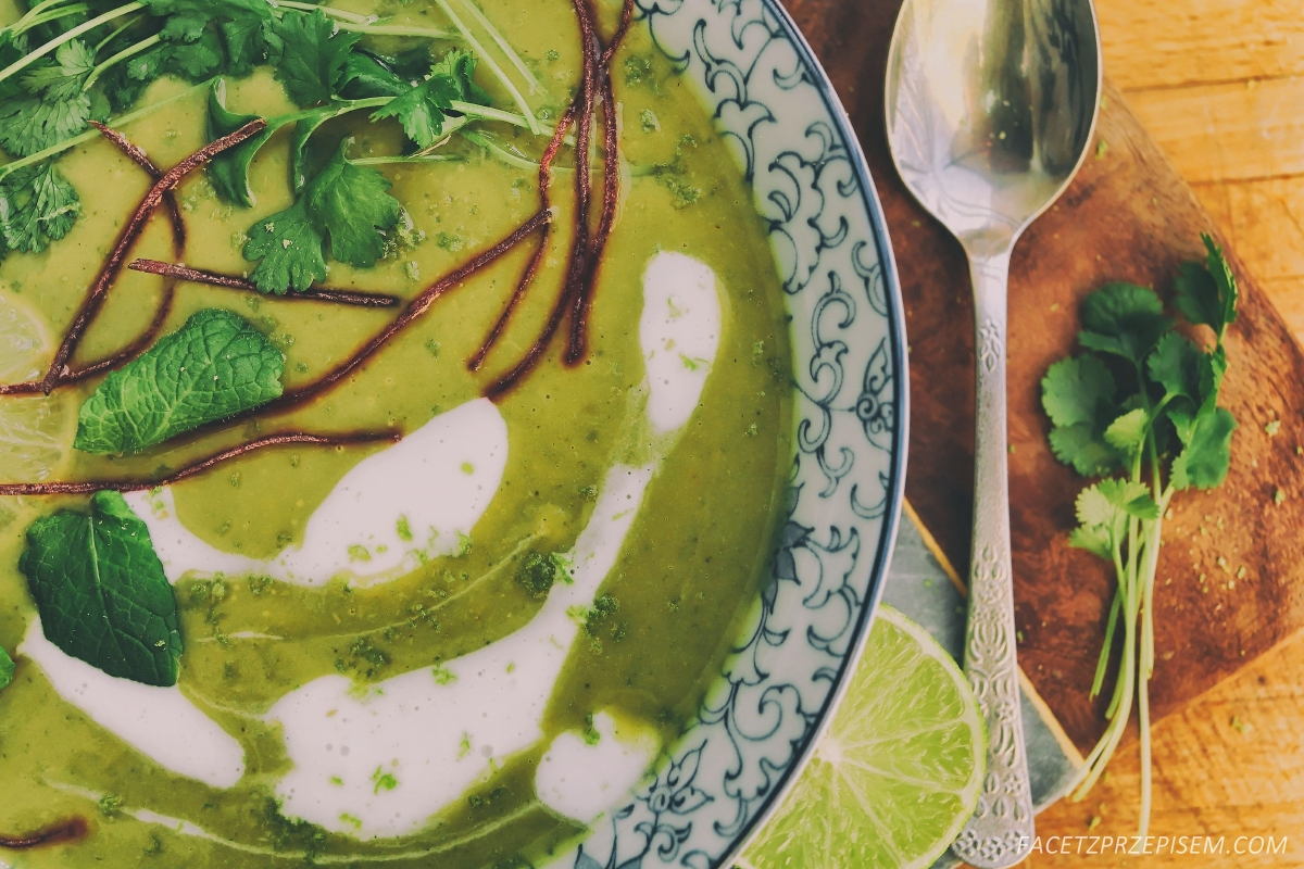 Tajska zupa z brokułu z mlekiem kokosowym