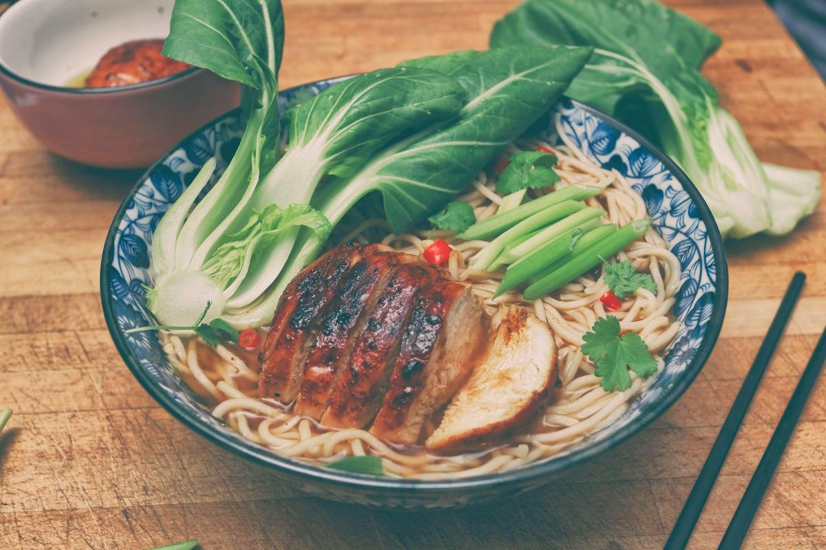 Chińska zupa z kurczakiem i trawą cytrynową