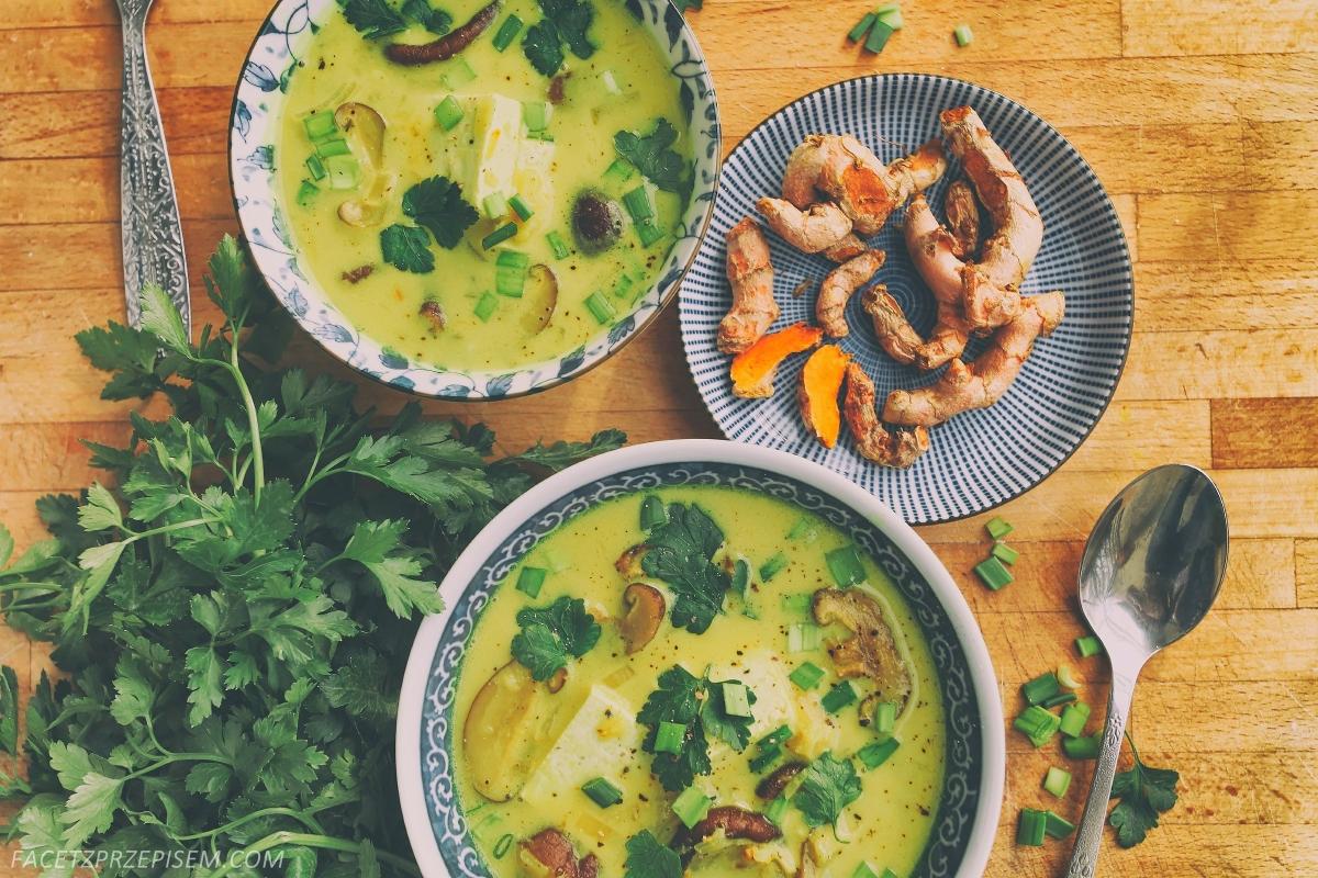 Aromatyczna zupa z tofu, curry i mlekiem kokosowym
