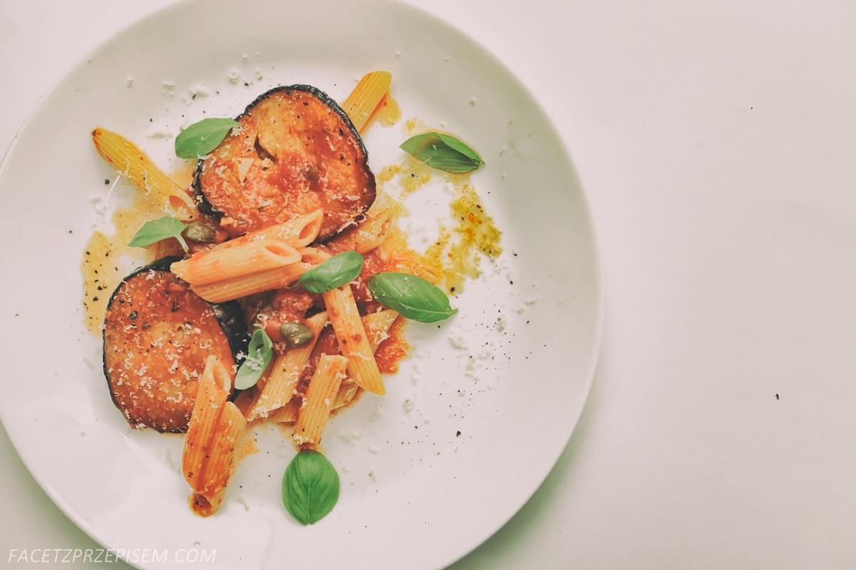 Sycylijski makaron z pomidorami i bakłażanem (alla norma)