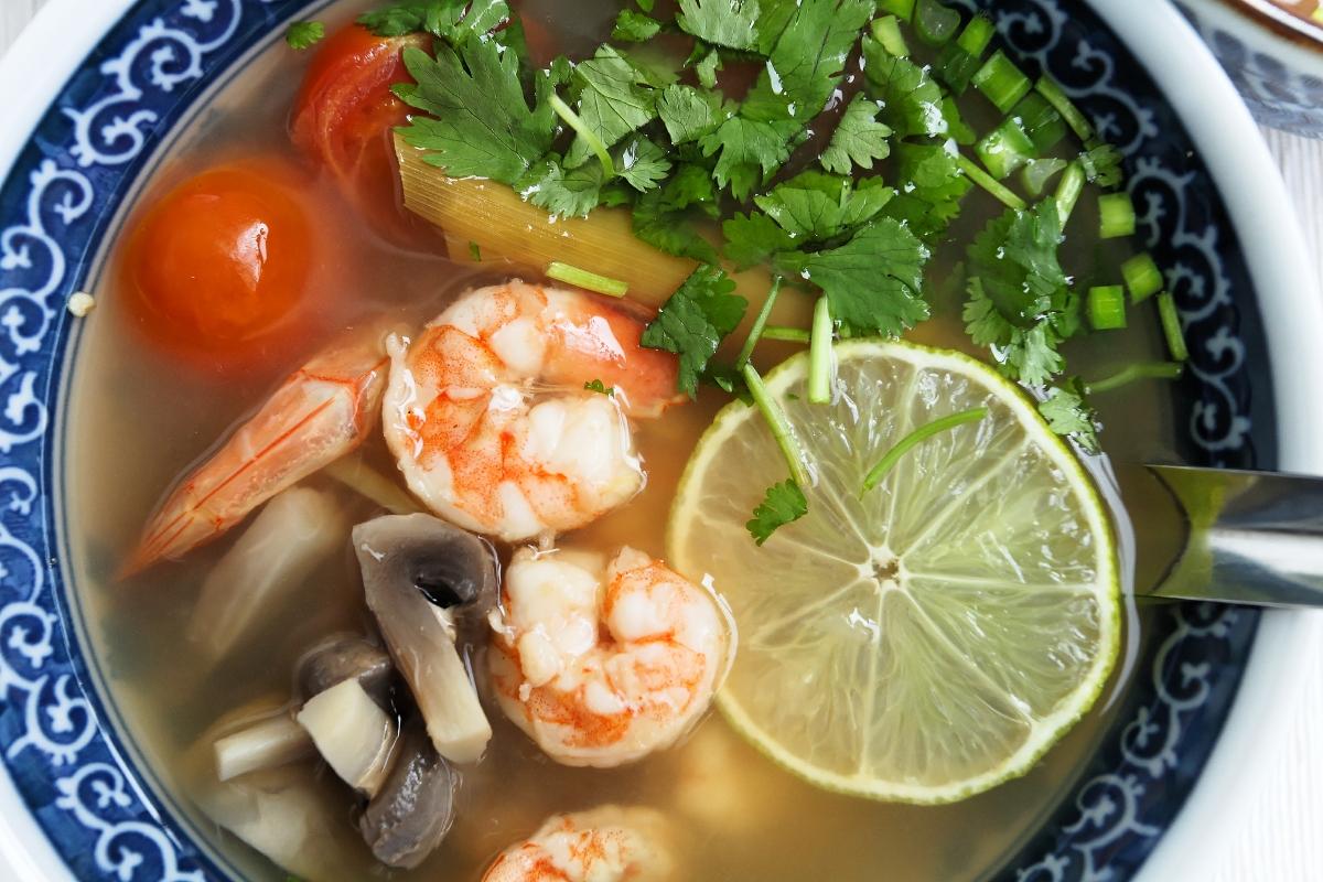 Tom Yum Goong (tajska, słodko-kwaśna zupa z krewetkami)