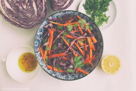 Sałatka z czerwonej kapusty, marchewki i kolendry