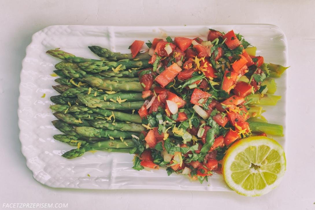 Szparagi z pomidorową salsą