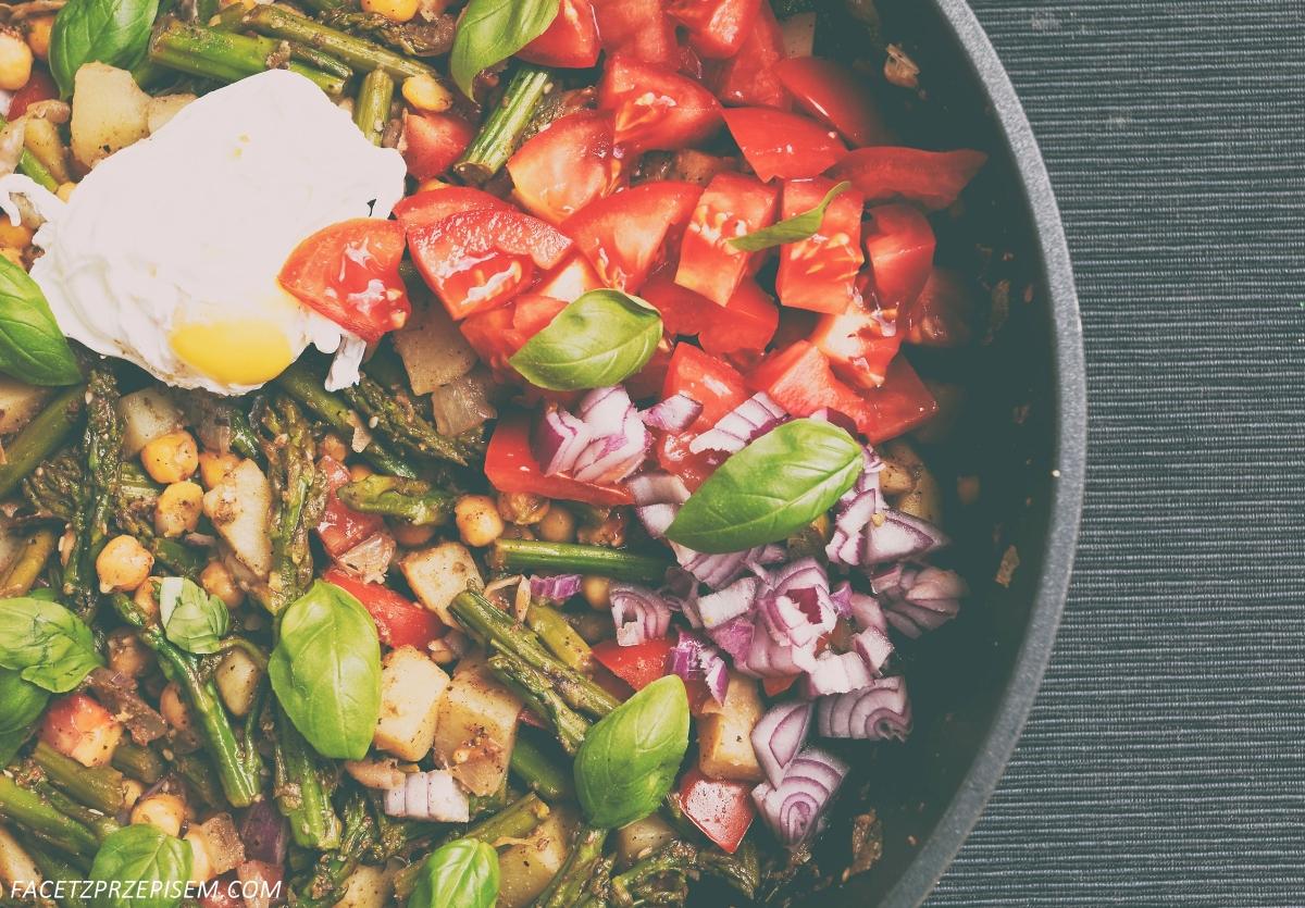 Sałatka z cieciorką, szparagami, ziemniakami i pomidorami