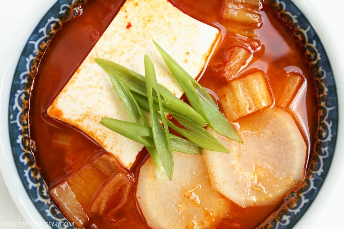 Zupa kimchi z tofu