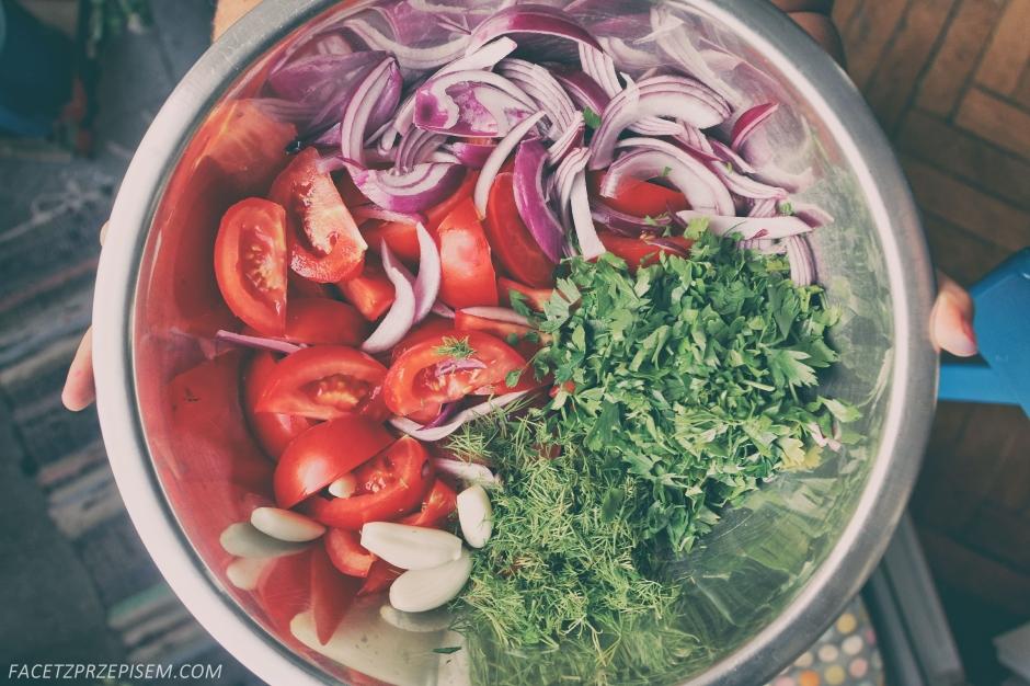 Sałatka z pomidorów, świeżych ziół i sera feta