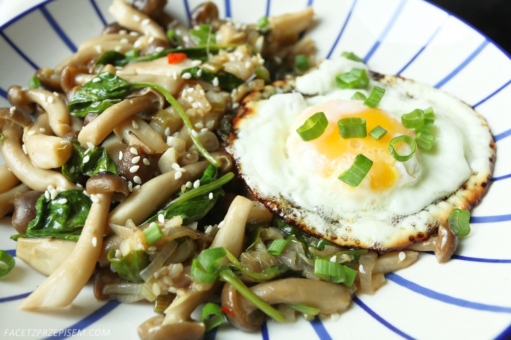 smażone grzyby enoki z jajkiem sadzonym