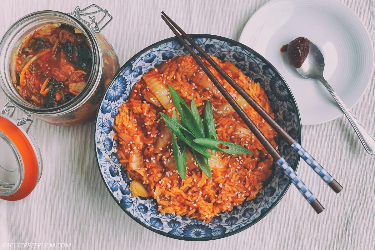 Smażone kimchi z ryżem (Kimchi-bokkeumbap 김치볶음밥)