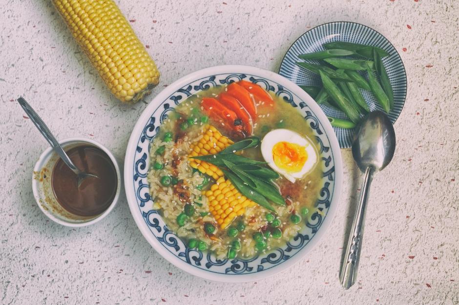 Congee. Chińska zupa z ryżem, kukurydzą i marchewką
