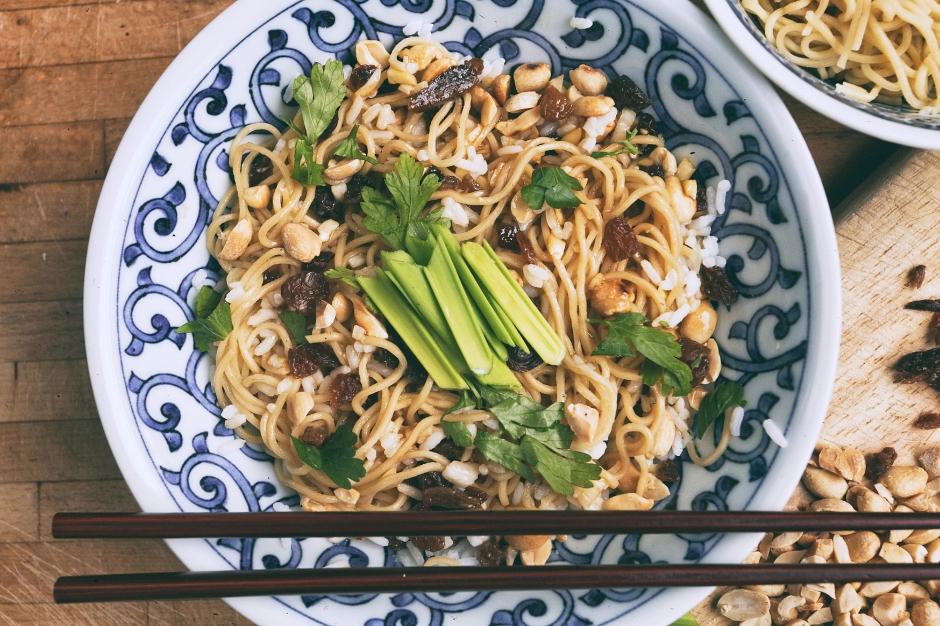 Azjatycka sałatka z ryżu, makaronu, rodzynek i orzechów ziemnych. Crunchy Asian Rice Salad