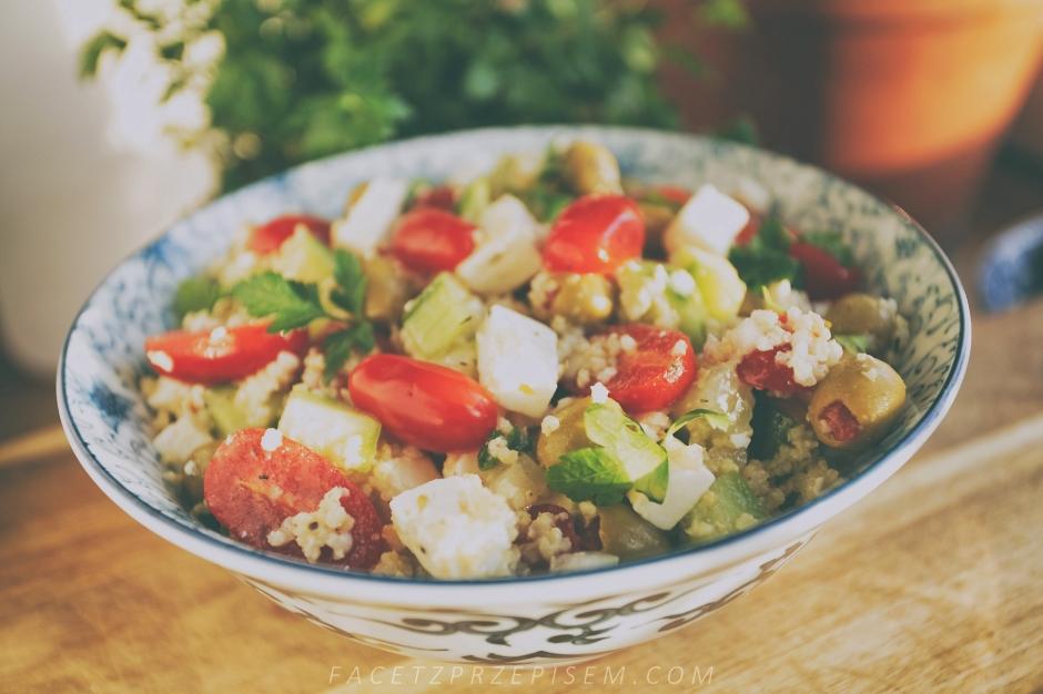 Grecka sałatka z kaszą jaglaną, fetą i oliwkami