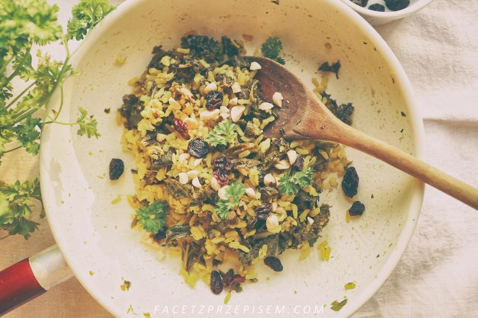 Sałatka z jarmużem, brązowym ryżem, i cytrynowym dressingiem